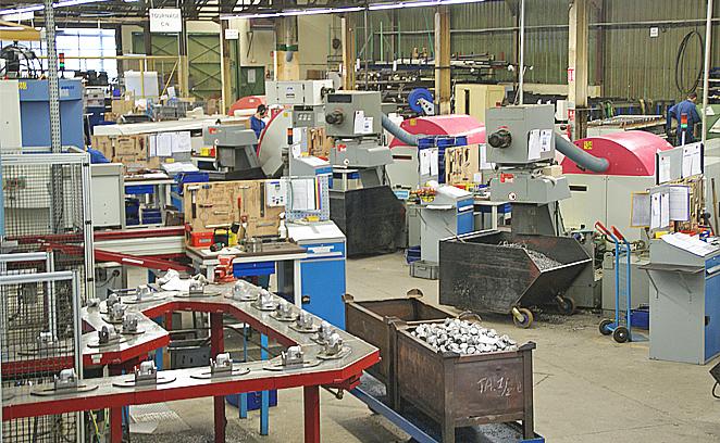 Dans l'atelier l'usinage est en flux tendu de pièces en acier S 300 PB, aluminium ou laiton