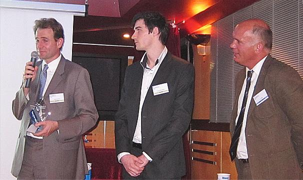 Lors de la remise des trophées Blaser, M. Halgand explique le sens de la démarche de son entreprise, sous l'oeil approbateur de ses collaborateurs. Société Halgand
