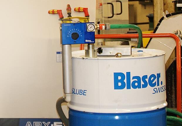Un petit mélangeur portatif permet d'assurer l'homogénéité du mélange soluble avant le remplissage du bac.
